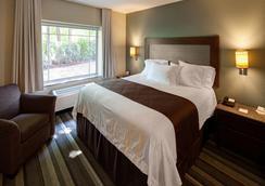The East Avenue Inn & Suites - Rochester - Bedroom