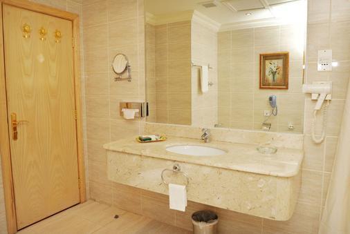Grand Qatar Palace - Doha - Bathroom