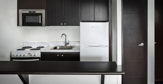Ottawa Embassy Hotel & Suites - Ottawa - Kitchen