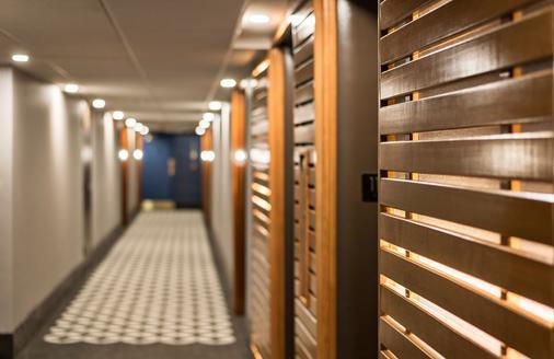 Ottawa Embassy Hotel & Suites - Ottawa - Hallway