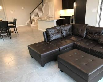 Rosenberg Townhome by Brazos Town Center! - Rosenberg - Living room