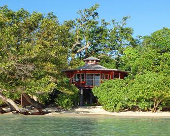 Sunrise Beach Cabanas Eco-Resort - Люганвіль - Building