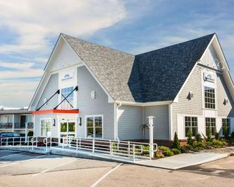 Howard Johnson by Wyndham Middletown Newport Area - Middletown - Building