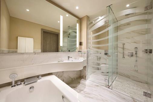 DoubleTree by Hilton Doha - Old Town - Doha - Bathroom