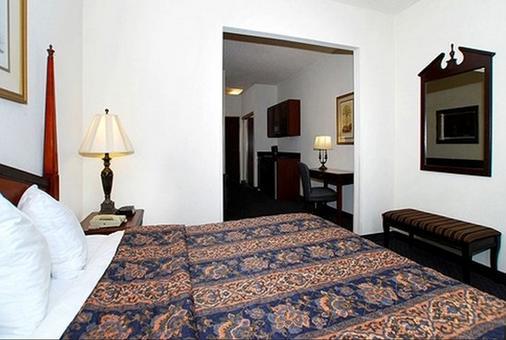 Quality Inn & Suites Patriots Point - Mount Pleasant - Bedroom