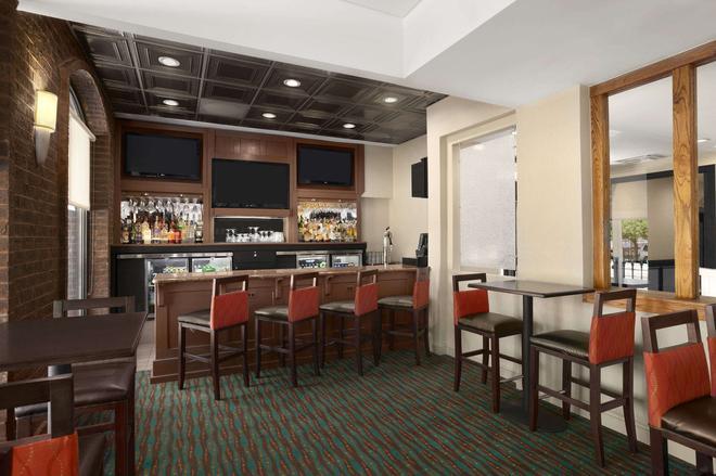 Days Inn by Wyndham Baltimore Inner Harbor - Baltimore - Bar