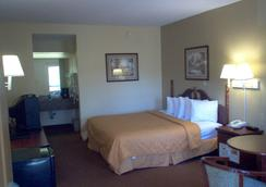Days Inn & Suites by Wyndham Savannah Midtown - Savannah - Bedroom