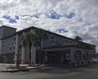 Days Inn & Suites by Wyndham Bonita Springs North Naples - Боніта-Спрінгс - Building