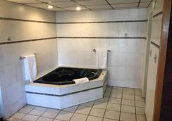 Midway Inn & Suites - Oak Lawn - Bathroom