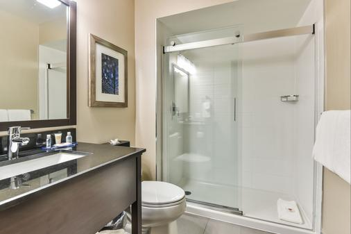 Comfort Inn Montreal Aeroport - Pointe-Claire - Bathroom