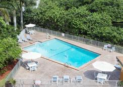 Days Inn by Wyndham Fort Lauderdale-Oakland Park Airport N - Φορτ Λόντερντεϊλ - Πισίνα