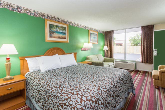 Days Inn by Wyndham Fort Myers - Форт-Майерс - Спальня