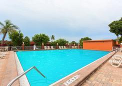 Days Inn by Wyndham Fort Myers - Fort Myers - Bể bơi