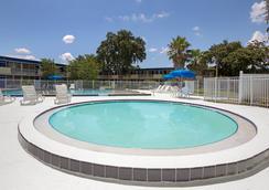 Days Inn by Wyndham Kissimmee FL - Kissimmee - Uima-allas