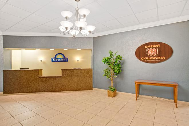Days Inn by Wyndham Orlando Airport Florida Mall - Orlando - Front desk