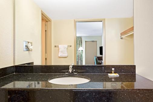Days Inn by Wyndham Orlando Airport Florida Mall - Orlando - Phòng tắm