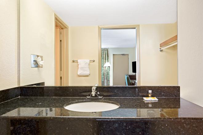 Days Inn by Wyndham Orlando Airport Florida Mall - Orlando - Bathroom