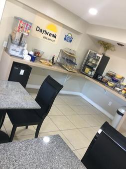 Days Inn by Wyndham Orange City/Deland - Orange City - Buffet