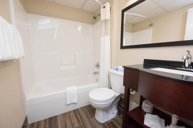 Super 8 by Wyndham Frederick - Frederick - Bathroom