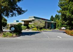 Days Inn & Suites by Wyndham Sunnyvale - Sunnyvale - Κτίριο