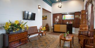 RedDoorz near Tugu Pahlawan Surabaya - Surabaya - Living room