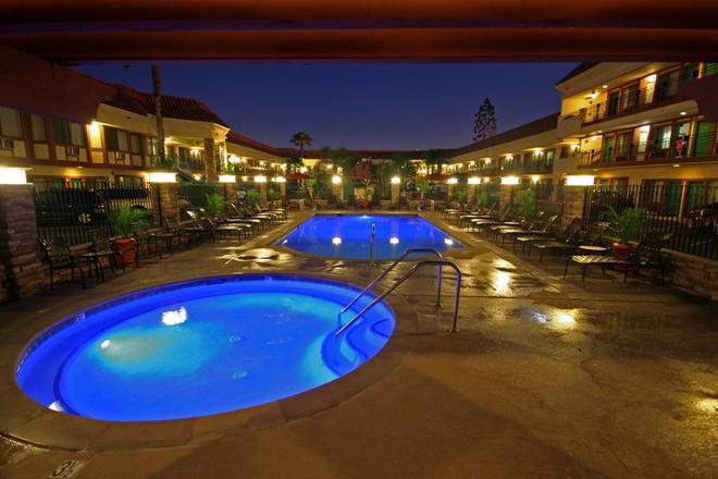 Tropicana Inn And Suites - Anaheim - Pool