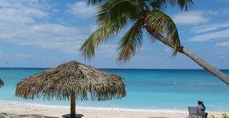 Shangri-la Boutique Bed & Breakfast - West Bay - Beach