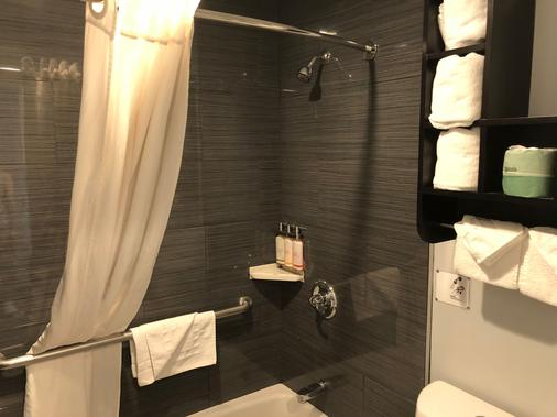 Pacific Inn - Monterey - Bathroom