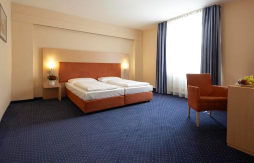 Intercityhotel Stuttgart - Stuttgart - Bedroom