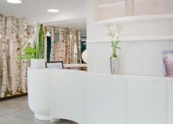 Hotel Chavanel - Paris - Front desk