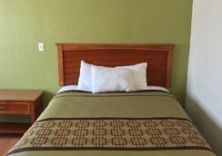 Americas Best Value Inn Visalia - Visalia - Bedroom