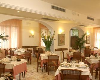 Hotel Residence Villa Marzia - Marina Di Pietrasanta - Ravintola