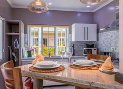 Felicie Cottage & Residence - Anse Royale - Kitchen