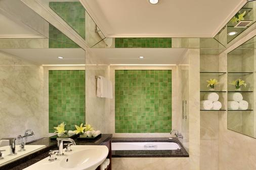 Hyderabad Marriott Hotel and Convention Centre - Hyderabad - Bathroom