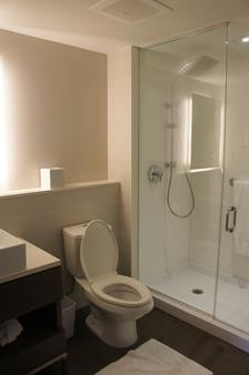 Weekend Hotel & Apartments - Muscat - Bathroom