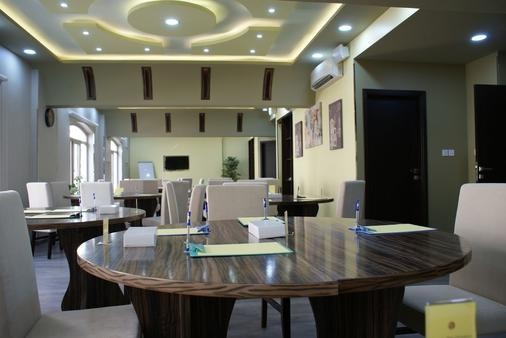 Weekend Hotel & Apartments - Muscat - Hallway