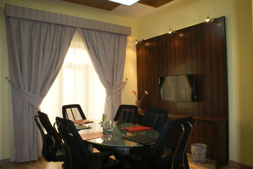 Weekend Hotel & Apartments - Muscat - Dining room