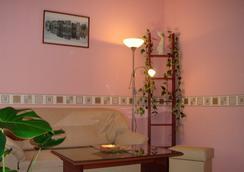 Business Hotel na Bumazhnoy - Saint Petersburg - Living room