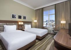 Hilton Garden Inn Dubai Al Muraqabat - Dubai - Bedroom