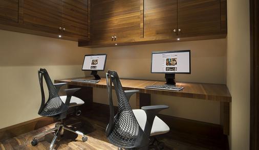 Hilton Garden Inn Dubai Al Muraqabat - Dubai - Business Center