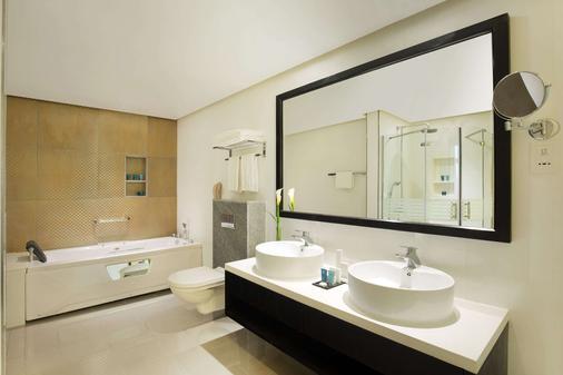 Wyndham Garden Manama - Manama - Bathroom