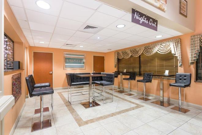 Days Inn & Suites by Wyndham Lakeland - Lakeland - Bar