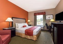Days Inn & Suites by Wyndham Lakeland - Lakeland - Bedroom
