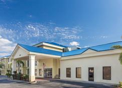 Days Inn & Suites by Wyndham Lakeland - Lakeland - Rakennus