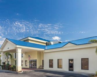 Days Inn & Suites by Wyndham Lakeland - Lakeland - Building