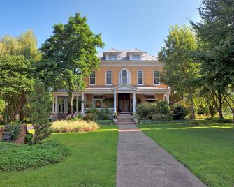 Beall Mansion An Elegant Bed & Breakfast Inn - Alton - Building