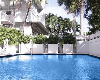 Crest Hotel Suites - Miami Beach - Pool