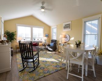 Sandbanks Summer Village Cottages - Picton - Living room