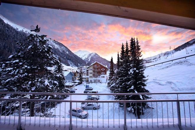Banyan Hotel - Sankt Anton am Arlberg - Balcón
