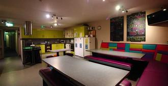 Snoozles Quay Street Tourist Hostel - Galway - Area lounge